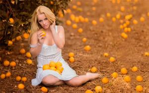 девушка и апельсины