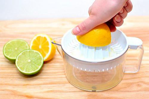 выдавливание сока из лимона