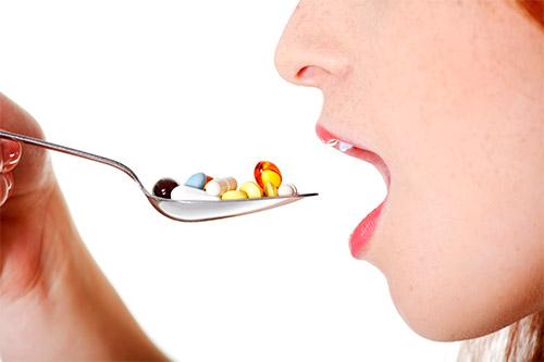 девушка ест из ложки витаминные капсулы
