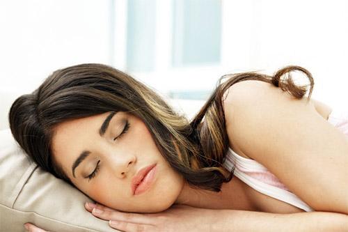 девушка спит на боку