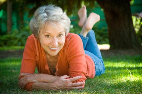 женщина лежит на газоне