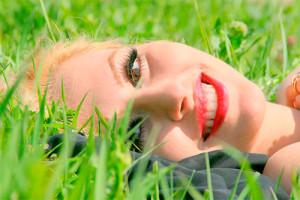 девушка лежит на зеленой траве