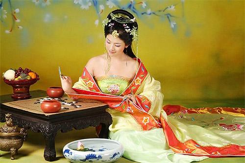 китаянка в национальном платье