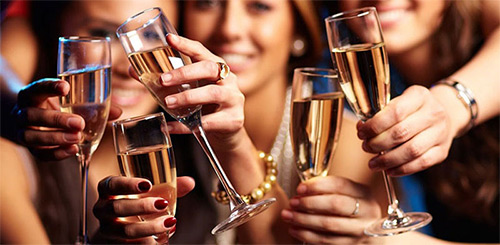 Совместимы ли уколы ботокса и алкоголь? Почему нельзя пить до процедуры и сколько стоит воздерживаться от приема спиртного после уколов?