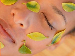 лицо девушки в листочках чая