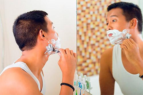 мужчина бреется